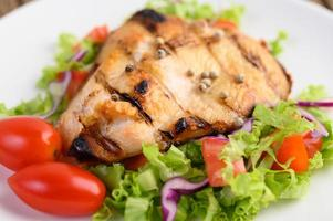 poulet grillé avec une salade