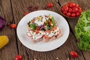 salade de fruits et légumes sur une assiette blanche