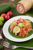 salade de papaye thaï aux feuilles de bananier et ingrédients frais