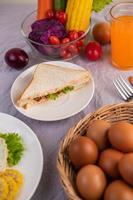 petit-déjeuner américain avec salade aux œufs, citrouille, concombre, carotte, maïs et chou-fleur