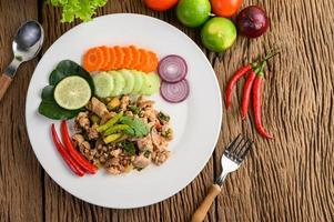 Salade de porc émincé aux épices sur une table en bois
