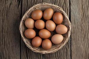 pondu des œufs dans un panier en bois