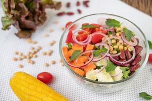 salade de fruits et légumes frais dans un bol en verre photo