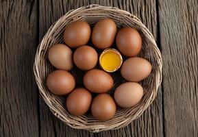 pondu des œufs dans un panier en bois photo