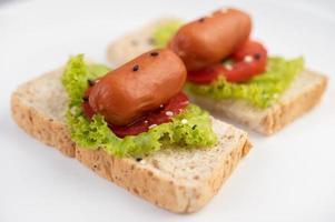 saucisse aux tomates et salade sur pain