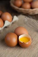 œufs biologiques crus sur un sac de chanvre