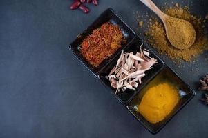 épices sur une surface de cuisine grise