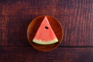 pastèque coupée en morceaux sur une table en bois