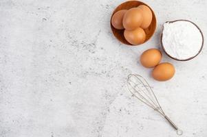 œufs, farine de tapioca et batteur à œufs