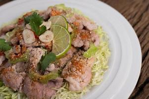 salade de porc épicée à la lime avec galanga, chili et tomates photo