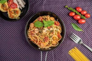 spaghettis épicés dans une poêle