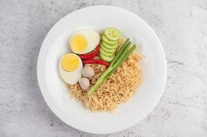nouilles aux œufs durs et légumes photo