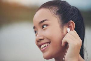 Teen fitness avec écouteurs écoutant de la musique pendant son entraînement photo