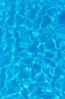 lumière reflétée dans l'eau bleue