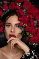 belle fille posant près de roses