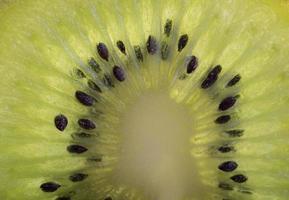 tranche de kiwi mûr frais. fruits verts, vue de dessus. la moitié du kiwi. alimentation saine végétalienne ou végétarienne, concept de régime. vitamine C.