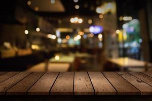Scène de restaurant floue avec table vide photo