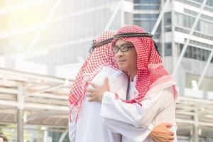 gens d'affaires arabes s'embrassant