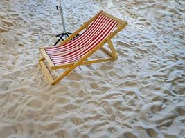 chaise de plage à rayures photo