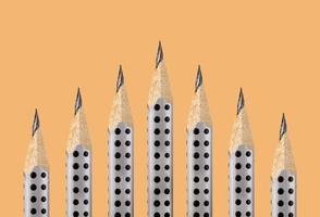 crayons graphite à pointe fine sur fond ocre photo