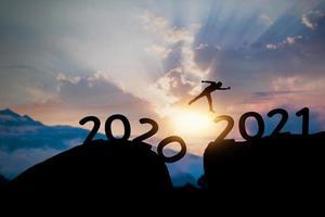 silhouette sautant de 2020 à 2021