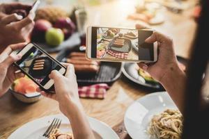 personnes photographiant le dîner photo