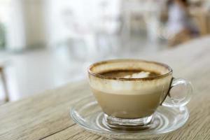 cappuccino chaud dans une tasse en verre photo
