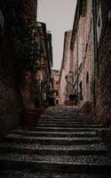 Chaises en bois marron sur les escaliers en béton gris photo