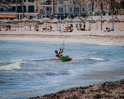 Espagne, 2020 - homme en chemise rouge chevauchant un kayak rouge en mer pendant la journée photo