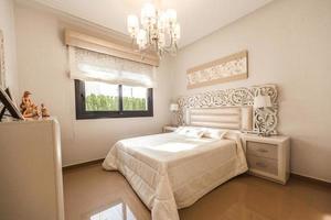 Costa Blanca, Espagne, 2020 - Couette de lit blanche près de la fenêtre en verre photo