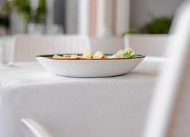 Assiette en céramique blanche sur table blanche photo