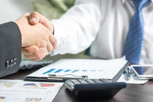deux hommes d'affaires se serrant la main