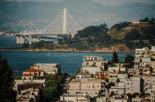 San Francisco, CA, 2020 - Bâtiments en béton blanc et brun près d'un plan d'eau pendant la journée photo