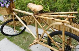 vélo en bambou avec bouquet photo