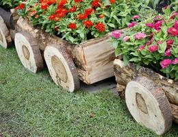 Fleurs en pots dans une boîte en bois sur fond de jardin photo