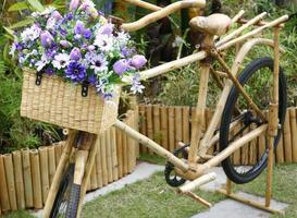 vélo en bambou avec bouquet dans le panier photo