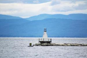 petit phare au bord de la mer photo