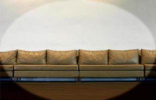 canapé sur mur blanc photo