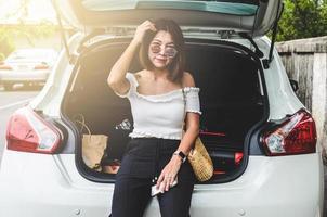 femme assise derrière la voiture photo