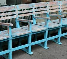 chaises en bois dans une rangée