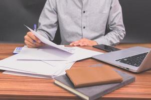 les gens d'affaires s'assoient au travail et vérifient les documents au bureau dans la chambre