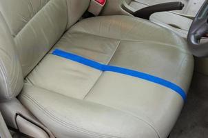 avant et après le nettoyage d'un siège auto en cuir
