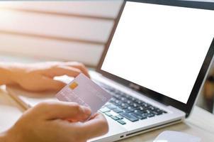 personne utilisant une carte de crédit pour faire des achats en ligne photo