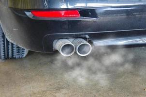 fumée d'échappement de voiture