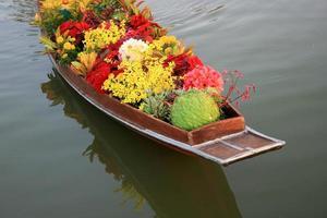 fleurs dans un bateau