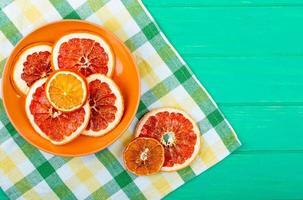 Vue de dessus des tranches d'orange et de pamplemousse séchées