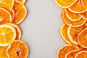 Vue de dessus des tranches d'orange séchées disposées sur fond blanc avec copie espace photo