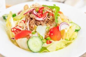 fermé de salade avec des légumes frais et du thon, vue de dessus avec un espace libre pour votre texte. photo