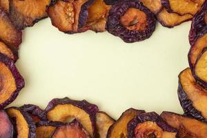 Vue de dessus des tranches de prune séchées isolé sur fond blanc avec copie espace photo