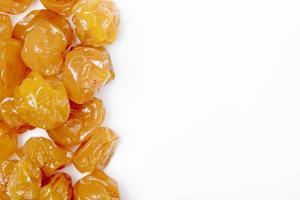 Vue de dessus des prunes cerises séchées sur fond blanc